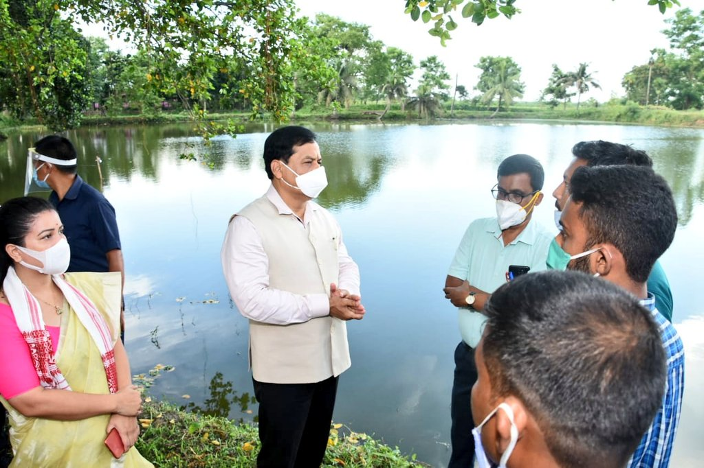 This evening, visited Korsung Shyamkanu SHG at Batadrava constituency, Nagaon and took stock of their activities.   As I interacted with the fish farmers, encouraged them to work hard and give a new momentum to the blue revolution in the state. #AtmaNirbharAssam