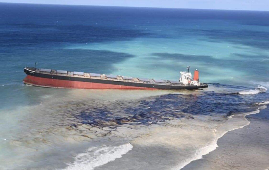 ⚠️ Catastrophe écologique en cours à l'Île Maurice. Le MV Wakashio, un vraquier japonais transportant 200 tonnes de diesel et 3 800 tonnes de fuel, s'est échoué sur le récif le 26 juillet. Les autorités ont confirmé que du fuel s'échappe d'une fissure dans la coque.