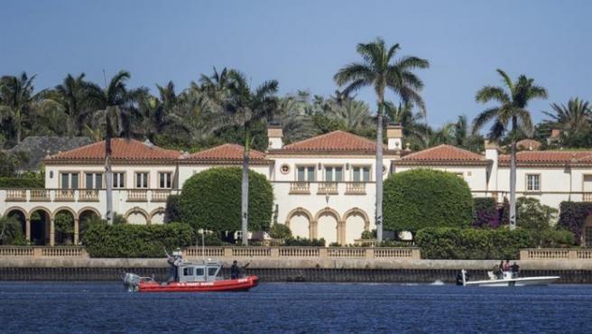 Arrestan a tres adolescentes que se colaron con fusiles en un club privado del presidente Trump.  Tres jóvenes de 15 años con fusiles AK-47 cargados saltaron un muro del club Mar-a-Lago del presidente Donald Trump en Palm Beach, en