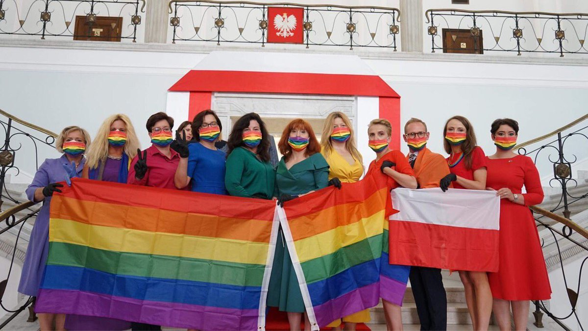 A group of Polish MPs coordinated their outfits in the design of the rainbow flag at the swearing in ceremony of the homophobic President @AndrzejDuda  🌈🇵🇱🏳️🌈 ❤️ #poland