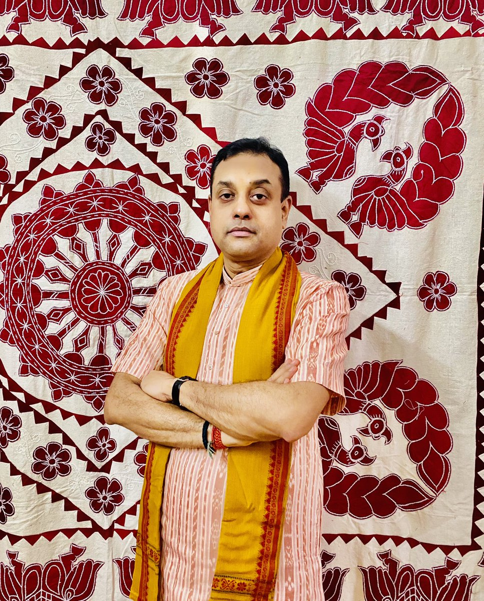 On #NationalHandloomDay here's two set of pictures promoting Odisha's rich Handloom: 1)Sambalpuri Kurta in the backdrop of world famous Pipili(in Puri) appliqué work 2)Sambalpuri Dhoti & Angawastra in the backdrop of Pattachitra  Thanks Ms ⁦@smritiirani⁩ ji #Vocal4Handmade