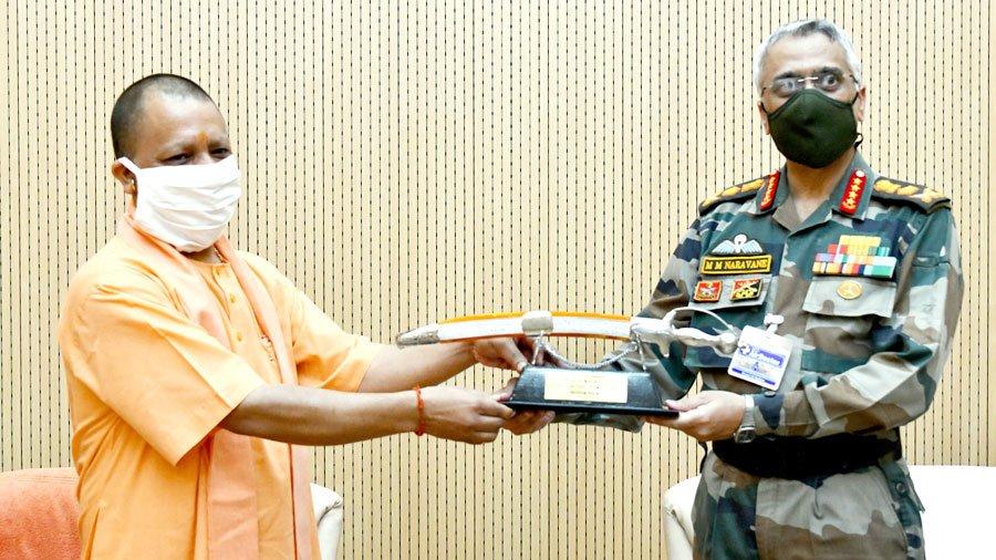 भारतीय थल सेना के यशस्वी अध्यक्ष श्री मनोज मुकुंद नरवणे जी से आज शिष्टाचार भेंट हुई।  उनका साहस, उत्साह और राष्ट्र के प्रति समर्पण भाव 'सुरक्षित भारतीय सीमा' को प्रतिबिंबित करता है।  भारतीय सेना 'राष्ट्र प्रथम' के संकल्प और भावना की प्रतिमान है।  भारत माता की जय!