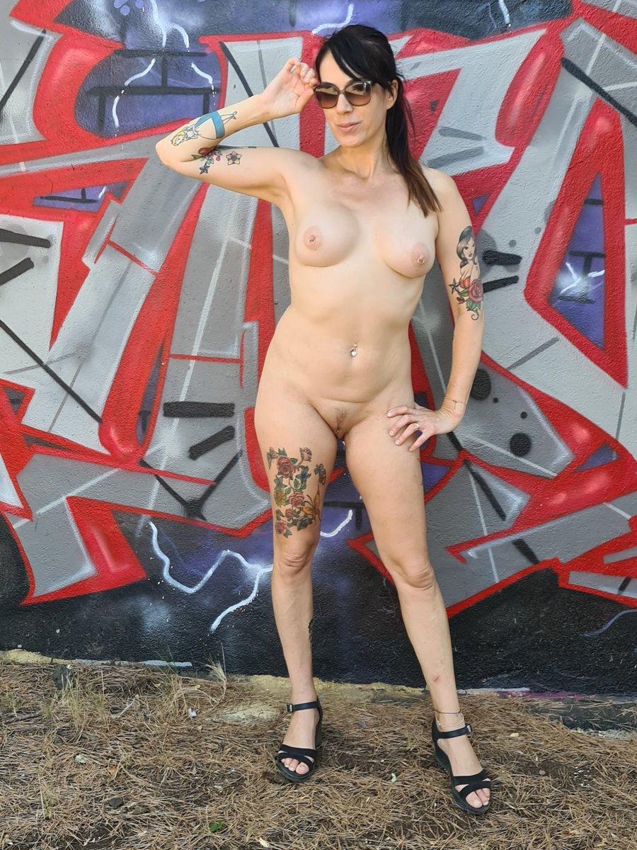 Bonjour et bon début de semaine! Pour ma part j'ai mal partout 😅 Mon corps se souvient du passage de Doggydogg 😜  #milf #ngot #naked #hotwife #boops #tattoos #inkedgirl #inkedmodels #INKED #inkgirl