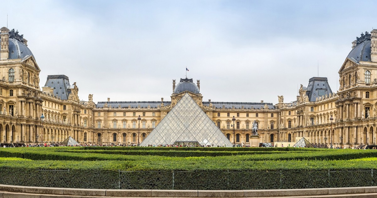 The Louvre began as a palace for King Francis I in 1546 on the site of a 12th century fortress. Francis was an art collector & kept magnificent works of art in his palace. The Louvre was opened as a public museum by the French revolutionary government on 8/10/1793. #MCM #CCLmcm