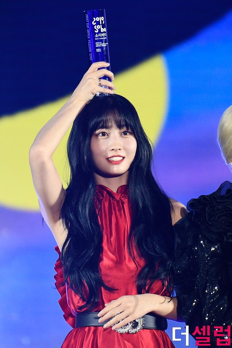 soribada awards tomorrow 😆 we gonna see a blue haired momo holding a trophy like this 💗✨   — #MOMO #모모 #트와이스 #TWICE