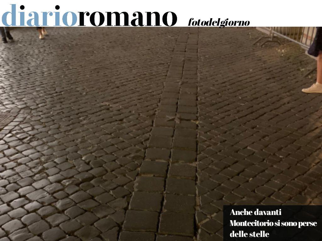 test Twitter Media - Nella #Roma del #M5S la decorazione di stelle montata nel 1998 in piazza #Montecitorio ne ha perse numerose. Neanche i luoghi del potere si salvano dal #degrado. . #fotodelgiorno 📸 https://t.co/6k06vgeaGJ