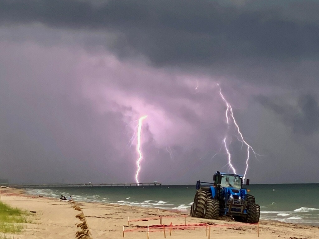 Q: Where do lightning bolts go on dates? 🌩️💚 A: To cloud nine. 😂 Here's a cool shot of a storm brewing in the background as our beach crews cleaned the beach yesterday morning.   📷 K. Kennedy