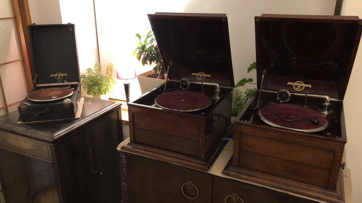 test ツイッターメディア - 英国パテントのコロムビアと私。 初めて英コロムビアの蓄音機を見たのは中学の時、父に連れられて秋葉原のハイファイ堂。写真の115か7が店頭にあり値段は18万。蓄音機嫌いの父に欲しいの一言も言えず、店を後にした。当時、骨董市で8千円で売られてるコロと何が違うのか謎だった。 https://t.co/E7xpzCGR4p