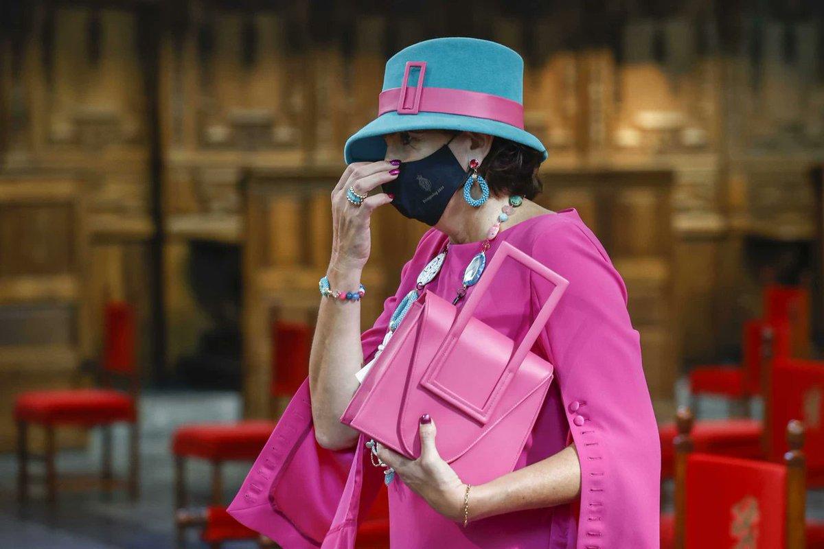 test Twitter Media - ´Waarom werd de #handtas niet aan het handvat gedragen?´, @CecileNarinx #fashion  Cf. ´An underarm tuck is the new bag-carrying method. Less Birkin, more basketball´  https://t.co/9V7SpwemoS…  https://t.co/JaPsNBxnsD  Foto´s:  @HelmaLodders; #JaneBirkin, 1972; @alexa_chung, 2020 https://t.co/4DFJzZQiiv