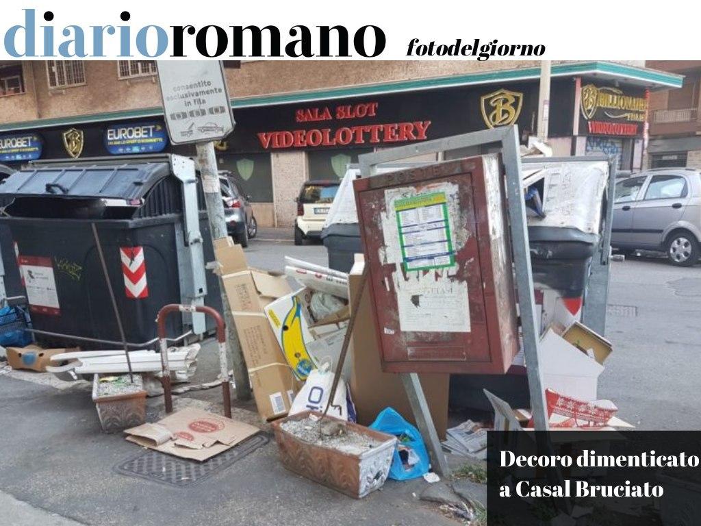 test Twitter Media - Via S. Polo dei Cavalieri. Cassetta postale sbilenca, palo divelto, #rifiuti ovunque. Questa sarebbe una città decorosa? . #Roma #fotodelgiorno 📸 https://t.co/FqAj4ccZPV