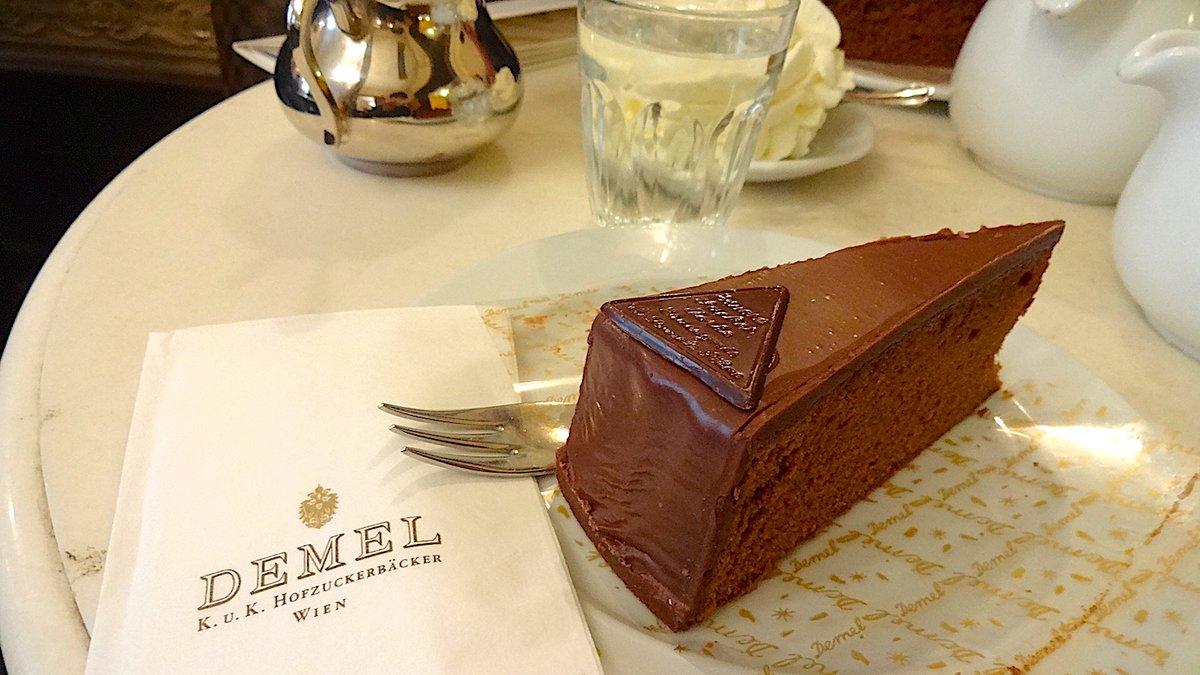 test ツイッターメディア - 🍄芸̶術̶食欲の秋 番外編🍄  #ウィーン といえば #ザッハトルテ🥮  左:本家ホテル・ザッハー。国立歌劇場の隣。美味しい😋 右:デメル。王宮前の高級ブランド通りにある。美味しい😋  ちょっと味が違うので、食べ比べが良きかな〜🥰🥰 https://t.co/UTjZUc2Njn
