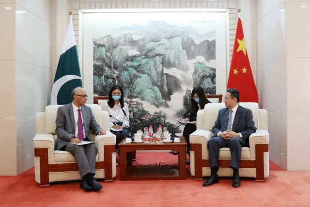 Enhance infrastructure interconnection and major transportation projects in #CPEC. Chinese Transportation Minster Li Xiaopeng and #Pakistan new ambassador to #China talked a lot yesterday.