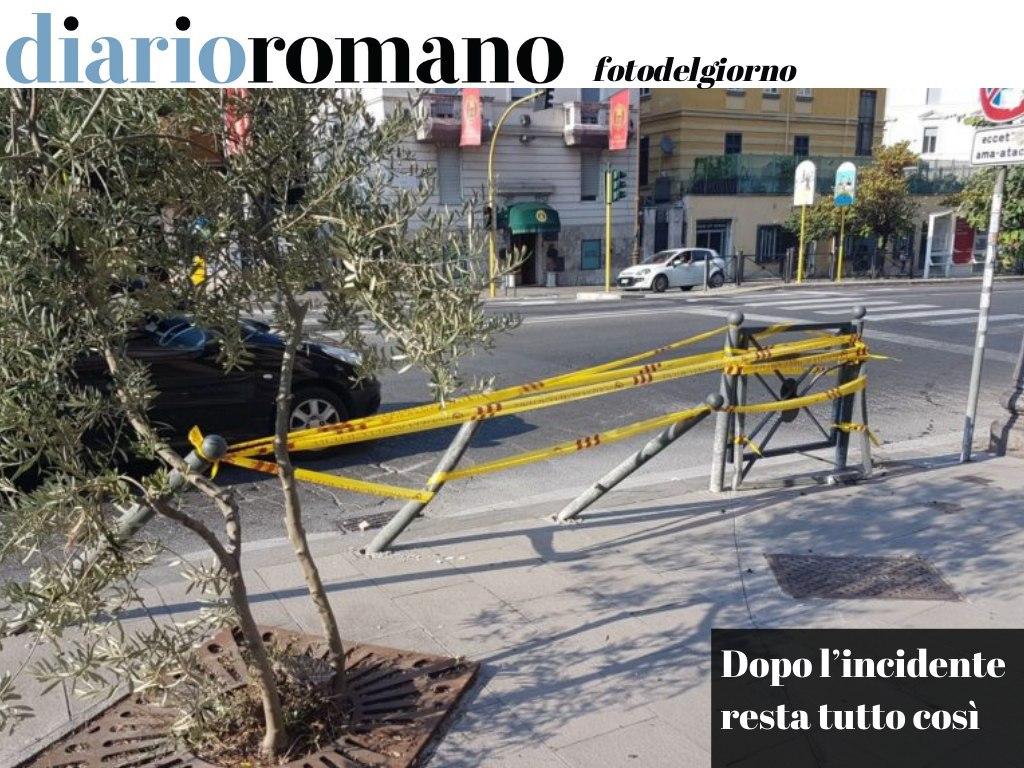 test Twitter Media - Piazza Salerno: un'auto è finita sul marciapiede tra gennaio e febbraio 2020. Sarebbe il caso di riparare il danno! . #Roma #fotodelgiorno 📸 https://t.co/vAiHz0ksXw