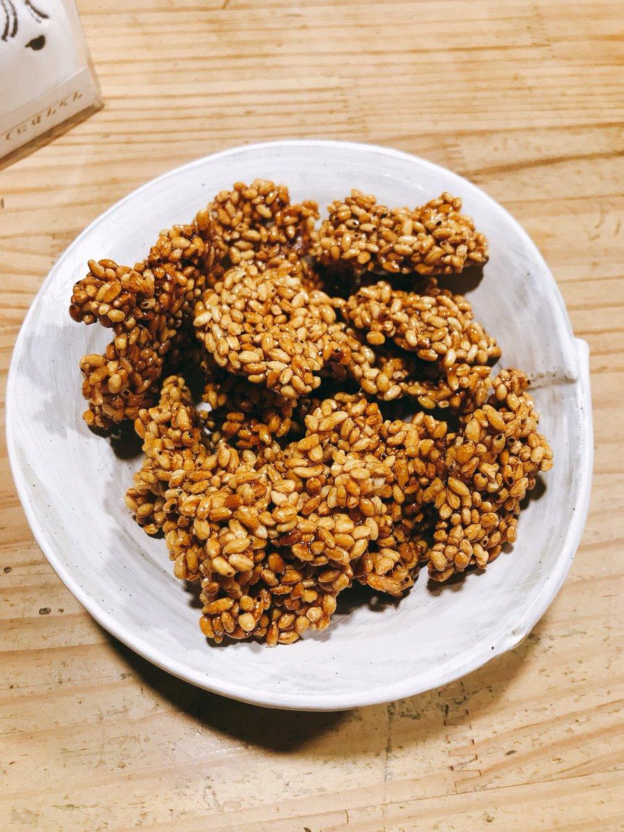 test ツイッターメディア - メレンゲクッキーに入れてた乾燥剤替わりの炒り米。 飴作って混ぜて固めたらめちゃめちゃうまくなった…… どうまい…… 雷おこしより雷おこし⚡️バリ固です。 https://t.co/eAS555v4yN
