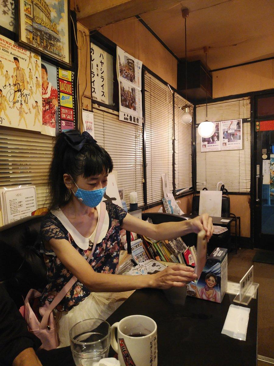 test ツイッターメディア - お馴染みの西浅草の喫茶ピーターへ。吉岡里奈さんの人妻めしマグカップでビール、おつまみは東京らーめんせんべい。お笑い浅草21世紀の女狐女優・しのはら実加さん&ポルノの帝王こと俳優・久保新二さんに煎餅を進呈。空き箱はスマホスタンドとして利用できる優れモノ。実加さん自宅で使うとのこと。 https://t.co/tDGNLYdrVL