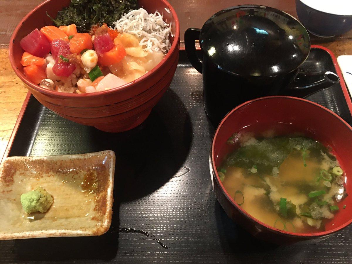 test ツイッターメディア - 今回は、魚を食べるって決めたんだ! と言う事で、いざ沼津港へ! ルビィ丼を…… あれ?かもめ丸と、千本一ってちがうの? ミスってしまいましたが、まかない丼と、鯖メンチでお腹いっぱい! 後、素朴な味の木村屋さんの玉子焼きで優勝でした。 https://t.co/ZzDOVz8Wdc