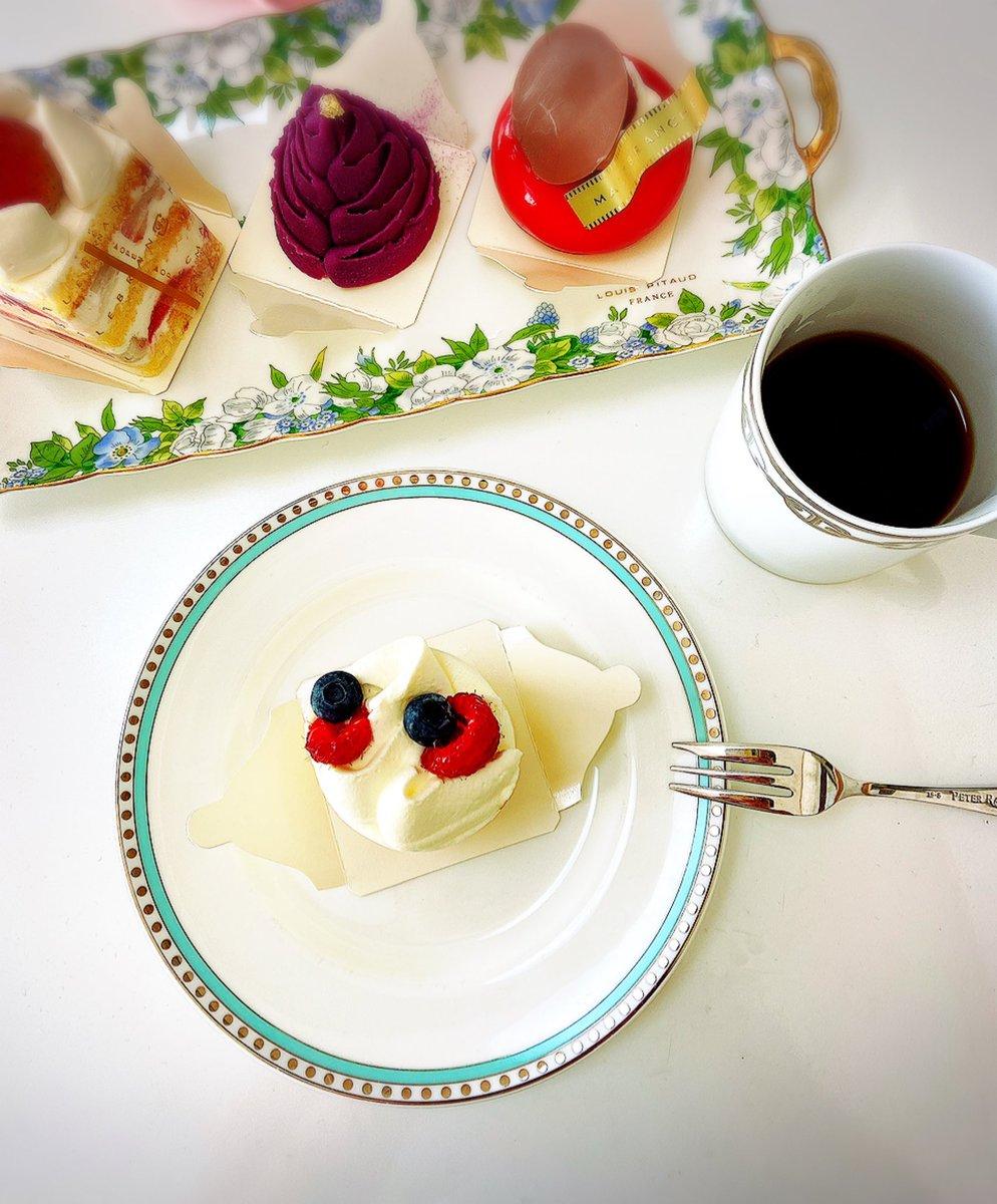 test ツイッターメディア - ディナーのお店でケーキがなかったと呟いたらオットがマールブランシュで買ってきてくれて自宅ケーキバイキング状態になった🎂実は出産で味覚変わったのか甘いものが苦手になったんですがマールブランシュのケーキはあっかりしてる!上品な味だから食べやすい〜ああ美味しかった〜☺️誕生日引きりすぎ私 https://t.co/zqY84q0hAq
