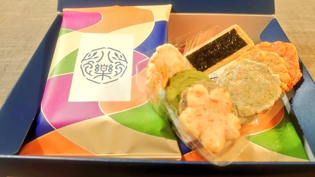 test ツイッターメディア - 今日 敬老の日は🦐 #海老の日  今日のおやつ:坂角総本舗 えびせんべい「八樂」  海老のこく豊かな姫ゆかり、パリッと姿焼きエビ姿 上品な甘味の抹茶やふっくらえびおかきなど、8種類のミニ煎餅が彩ゆたかで美味しい。 かわいいパッケージで敬老の日など贈り物に良いですね(ФωФ)/  #公式おやつ部 https://t.co/dAgGMpoKwT