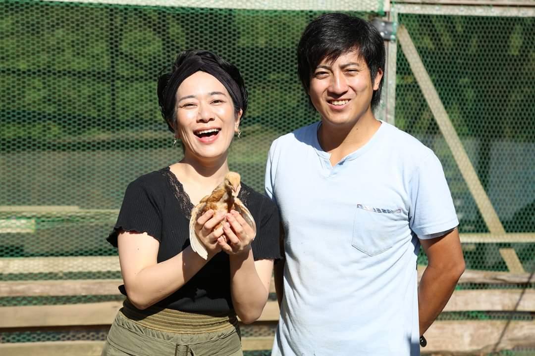 test ツイッターメディア - 東京からシンガーソングライターの引田香織さん、福岡市内から大雄義弘くんが昨夜からうきはに泊まってくれたので、 早朝より、うきはの山奥の平飼い養鶏農家の森くんが経営する「山もりたまご」に訪問しました。  産みたての卵でTKGを頂きました! #うきは https://t.co/11n1CfRfdi