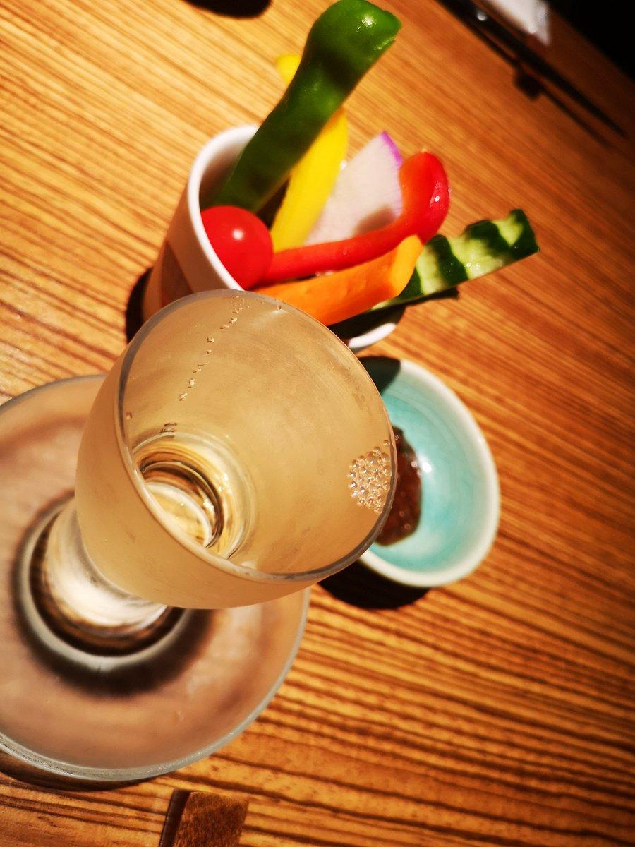 test ツイッターメディア - お通しの野菜スティックと日本酒〜 黒龍という日本酒だよ、さっぱり飲みやすいけど喉や鼻に抜ける香りは強め! https://t.co/FqqBesHyVU