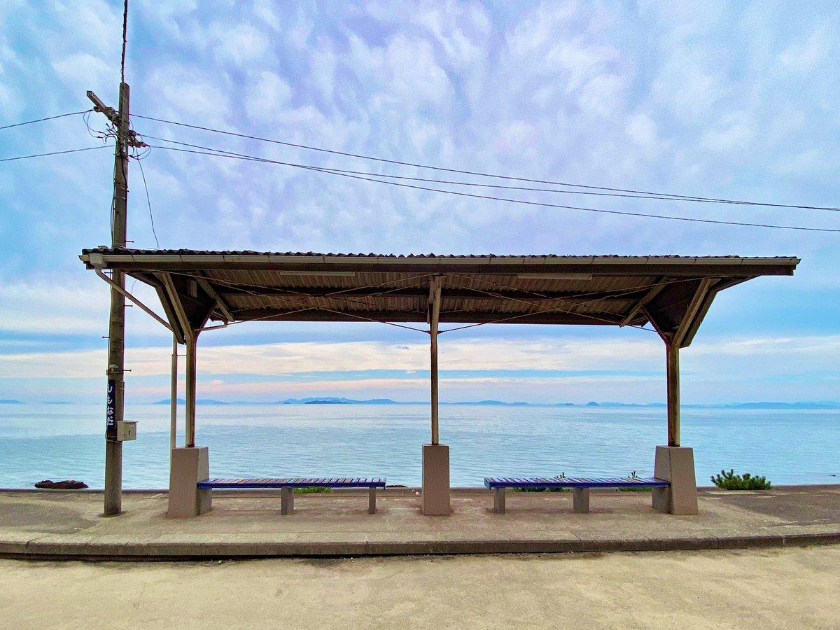 test ツイッターメディア - 念願の愛媛県 #下灘駅 に行ってきました🐣✨  まるで海の中に駅があるみたいに、海岸線のすぐそばを線路が走っています。  #千と千尋の神隠し に出てくる、海の中を走る電車を彷彿とさせる幻想的な光景…🌊🚃  みなさんの行ってみたい #海事観光 スポットはどこですか?☺️ https://t.co/mnZt6WYHci