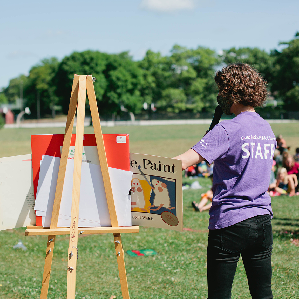 🍂 📚 Save the date! On Monday, October 12 at 11:00 am, join us for a fun and socially distanced outside storytime at Lincoln Park. Enjoy stories, sing-along-songs, and rhymes with a take-home kit activity for every child. Masks encouraged.
