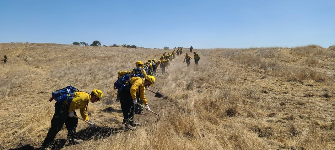250+ Soldiers from the Cal Guard's 79th Infantry Brigade Combat Team have completed Type II Hand Crew training with @CAL_FIRE at Camp Roberts and are now Task Force McLeod in the fight against the Creek Fire and the Sequoia Complex Fire. Good luck and stay safe out there!