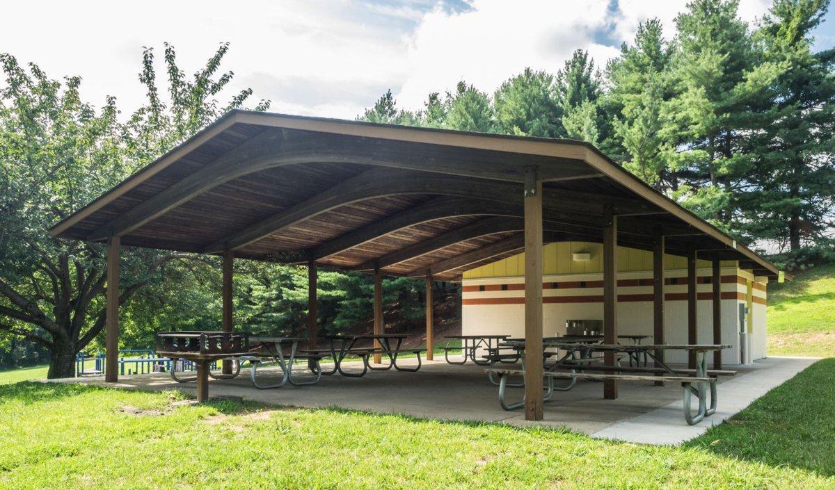 Haga recuerdos en los parques este otoño.   Celebren de forma segura al aire libre en uno de nuestros refugios de picnic cubiertos.   Infórmese sobre los alquileres y reserve uno ahora: .