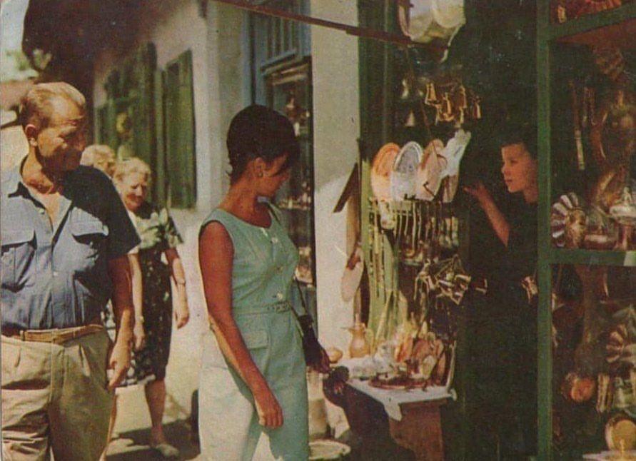 test Twitter Media - RT @BosnianHistory: 🕶👛 Audrey Hepburn browsing goods at the Baščaršija market in Sarajevo, 1967. https://t.co/xcmkirhXBh