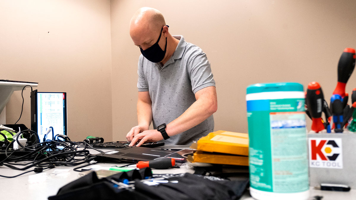 In the age of endless Zoom calls, computers are vital tools for #UNC students, faculty and staff. But sometimes trouble strikes. See how @UNCTarHeelTech is finding safe ways to help Tar Heels with computer repairs during the pandemic ➡️ http://t.co/KBW6z3wSS9 http://t.co/Ax…