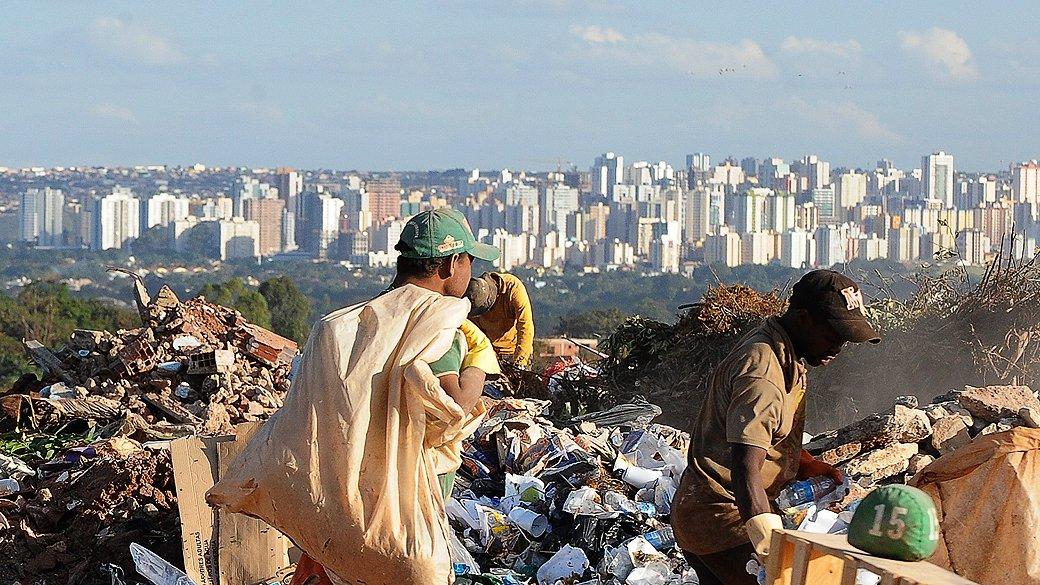 """""""Eu vi agora há pouco o Bruno Covas falar em radicalismo. Radicalismo, pra mim, é a cidade mais rica do Brasil ter gente revirando o lixo pra comer."""" Guilherme Boulos"""