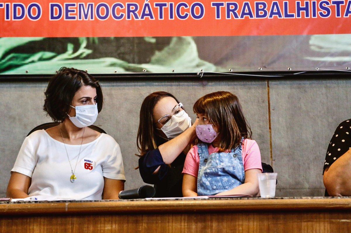 O voto é tua única arma, põe o teu voto na mão! Amanhã é dia decisivo para Porto Alegre! Dia de votar em quem é comprometida com os serviços públicos, com os servidores, com a educação das nossas crianças e com a Porto Alegre invisível, das nossas comunidades vulneráveis. É 65!!