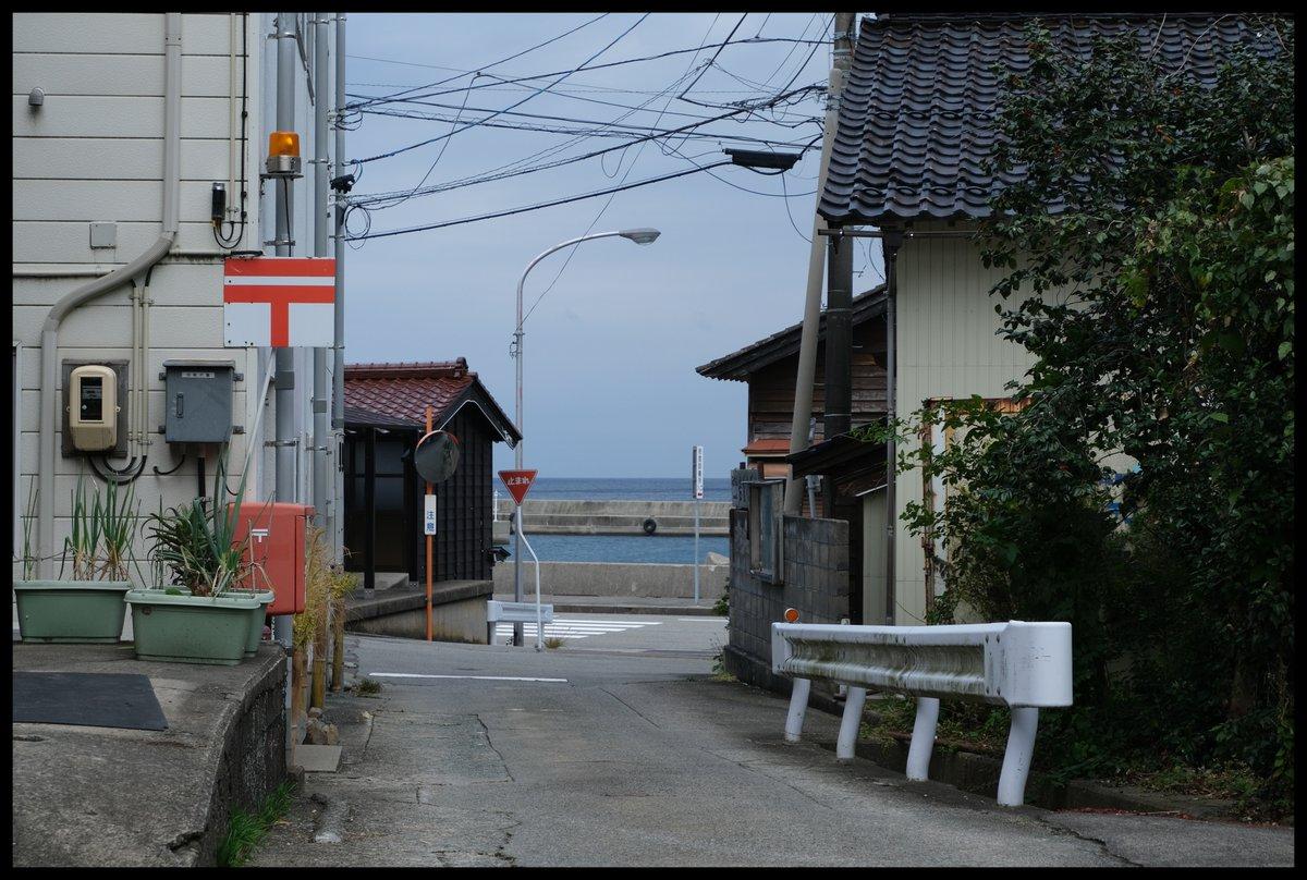 test ツイッターメディア - だらだら上げてきた佐渡紀行、赤泊で北雪酒造の見学を終えたあとは棚田で有名な岩首集落へ。  前面に海、そして背面に山が迫った限られた地形の中木造の住居が固まっており、ここもまた歩きがいのある場所だった。そして気がついたら日本海を眺めながらただぼーっとしていた。 https://t.co/sfDUVe4r6F