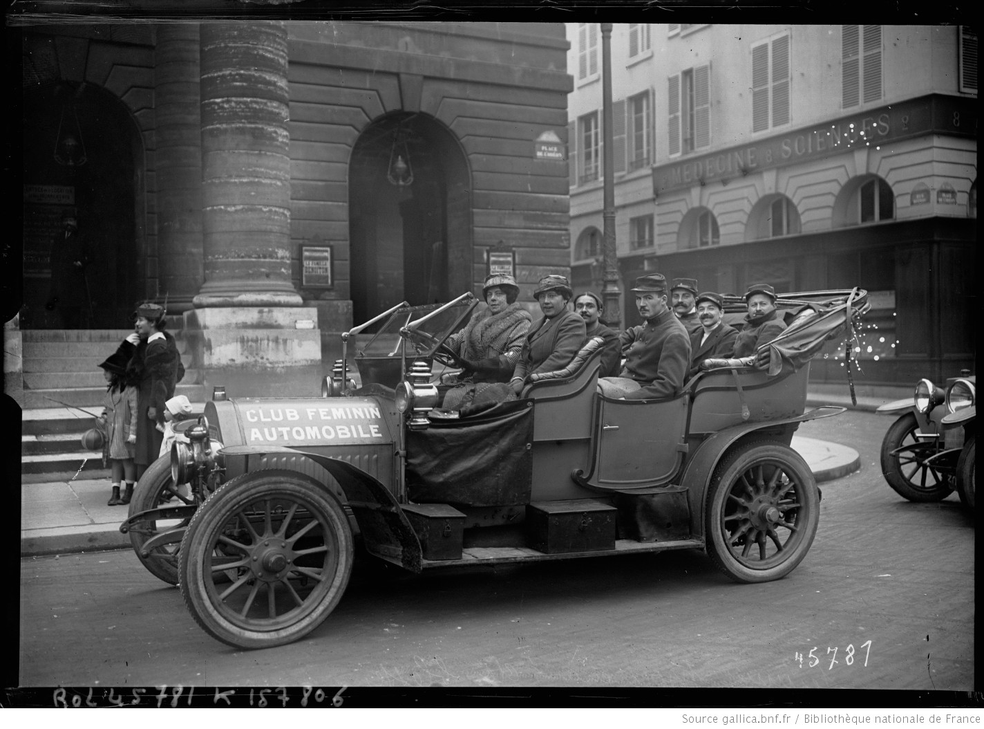 Paris in #WW1: Women from the 'Club Feminine Automobile' take wounded French Poilus out for a drive at the théâtre de l'Odéon in Paris, 1915. #1GM https://t.co/ePEqT3010T