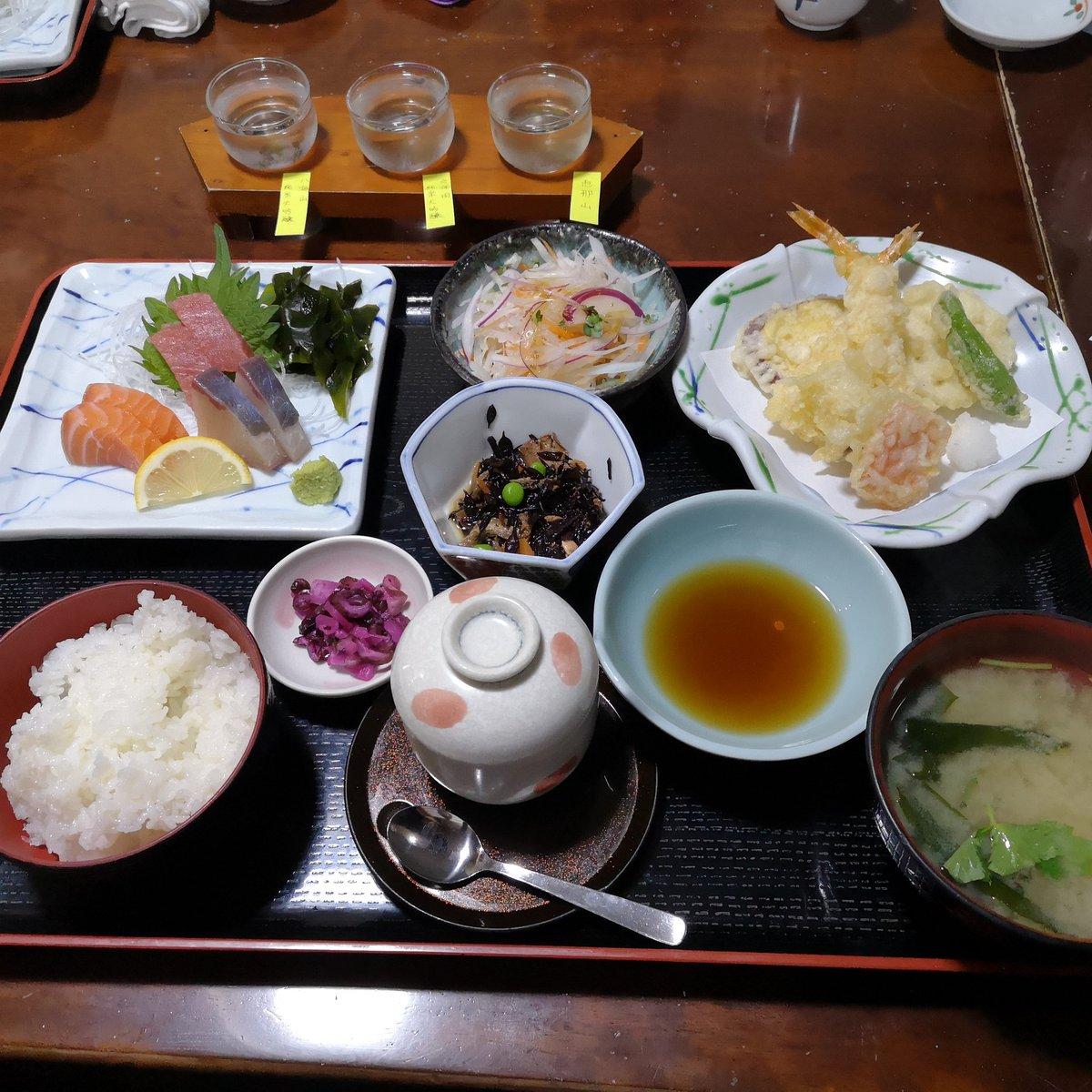 test ツイッターメディア - 家族全員休みだったので夕食食べてきました。美味しかったです。 そーいえば外で堂々と飲んだこと無かったので、 日本酒初めてきき酒しました。 (一言感想) ・八海山:スッキリしててすき ・久保田:1口目からガツン ・恵那山:甘かった…  結論日本酒好きだなー  おすすめのお酒あれば教えてね! https://t.co/g2j4Ll5VOg