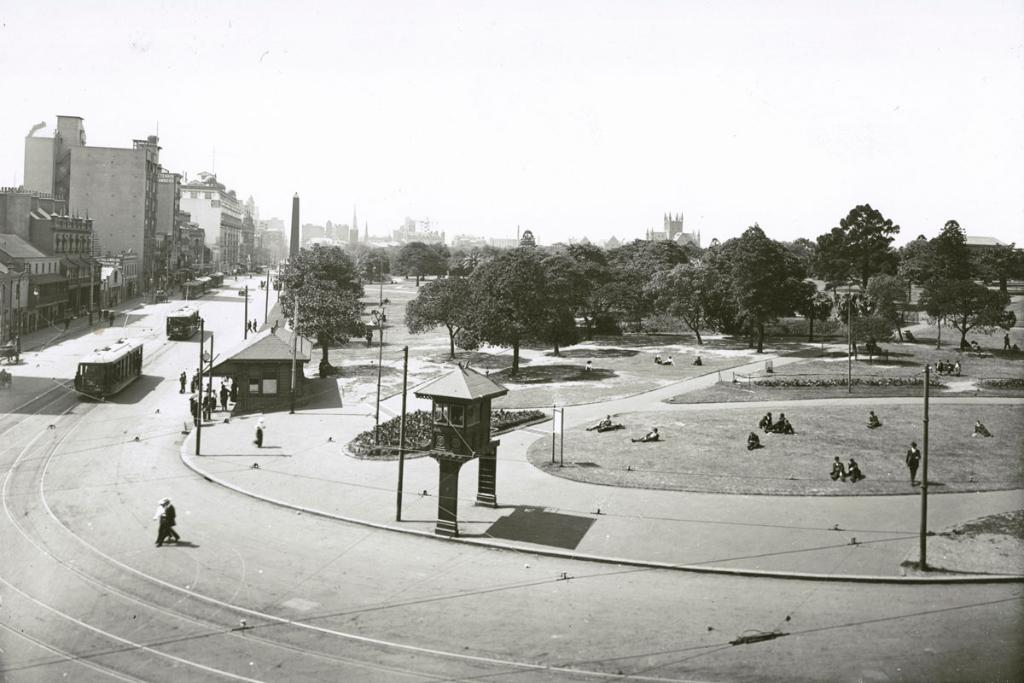Flashback to the south-west corner of #HydePark nearly 100 years ago! The absence of Museum Station dates this photo to pre-1922, when construction of the station began. Can you help narrow it down even further? 📸 @nswarchives #FlashbackFriday https://t.co/Ie4xtQ38Kz