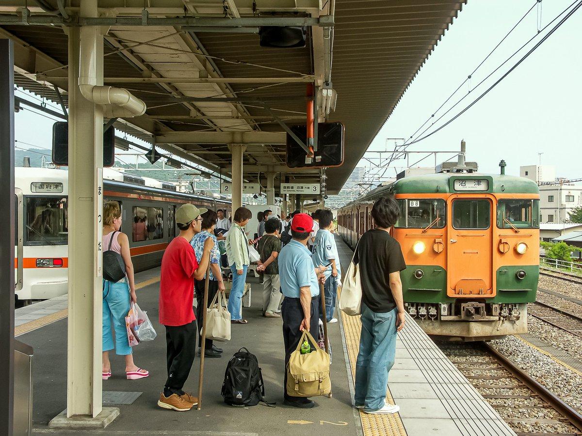 test ツイッターメディア - 御殿場線の松田駅へ。駅の南側に接して中澤酒造がある。御殿場線が東海道本線で,長大列車が走っていた頃の名残でホームが長い。さて,会社は9連休の夏休み。8/3に1日だけ出勤なので自分は9連休にならないが,4連休+4連休になる。沼津行きの電車に乗って行先を考える(2005年7月31日撮影) https://t.co/kWSH7LVIj4