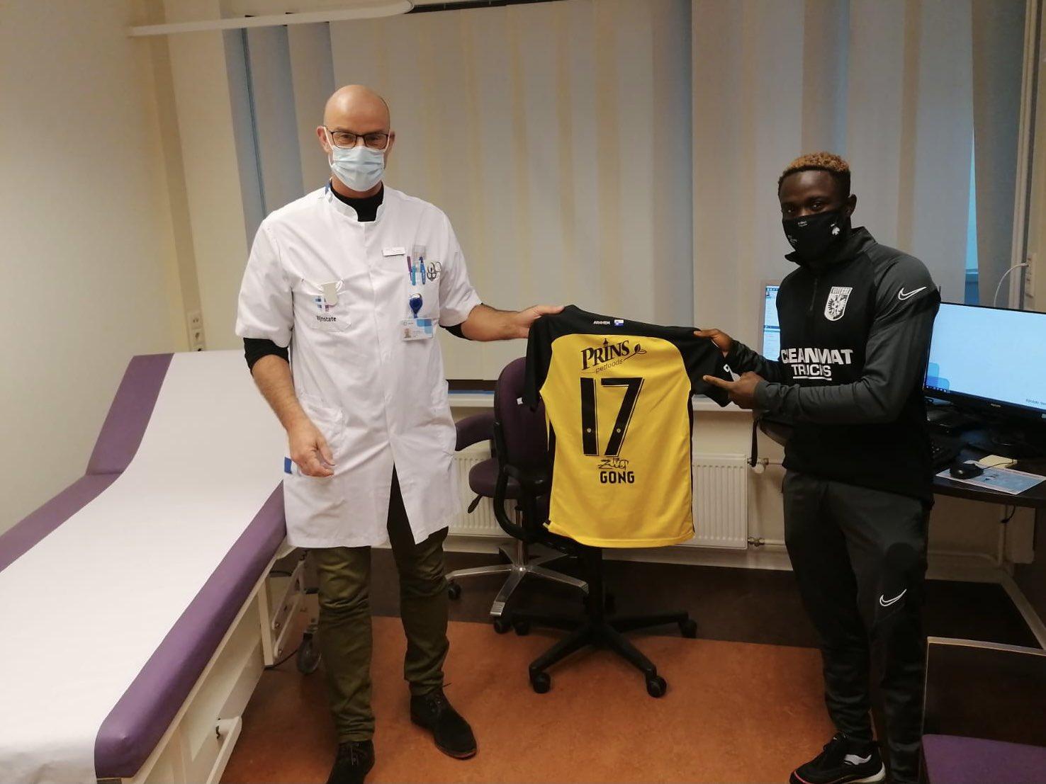 Hilary Gong is 🔙  Hij bracht een bezoek aan @Rijnstate om zijn orthopedisch chirurg te bedanken 🙏🏾👨🏼⚕️  #Vitesse https://t.co/UKkcyz1DTa