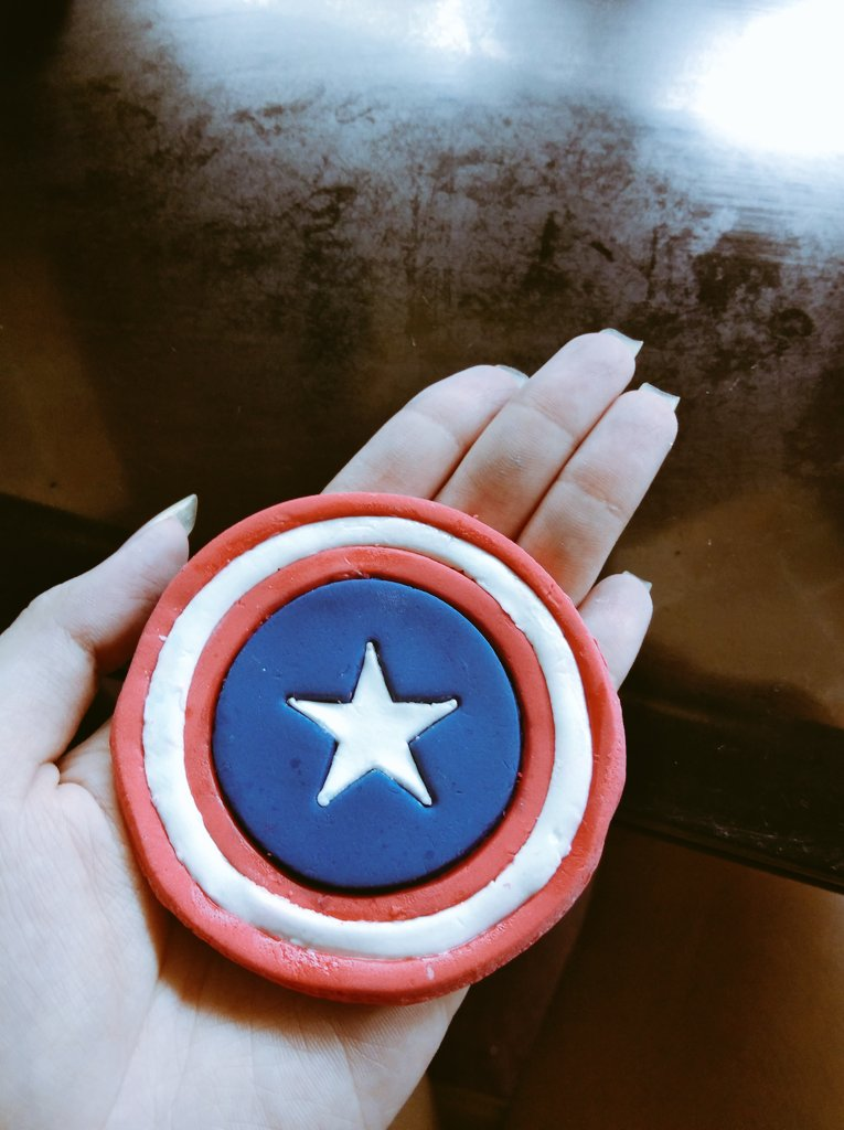 I made a captain america shield from cake fondant,,,,i am pandering,,,this tweet is for @616winghead only