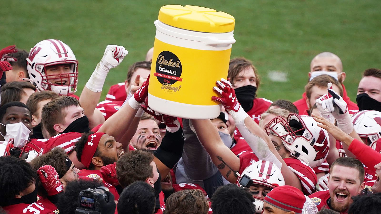 Earlier this year, a relatively unknown mayonnaise brand became the title sponsor of a college football game and ended up going viral.  Outlined a couple reasons why it's an incredible sponsorship story. 👇🏽 https://t.co/hMW5JzJuCt