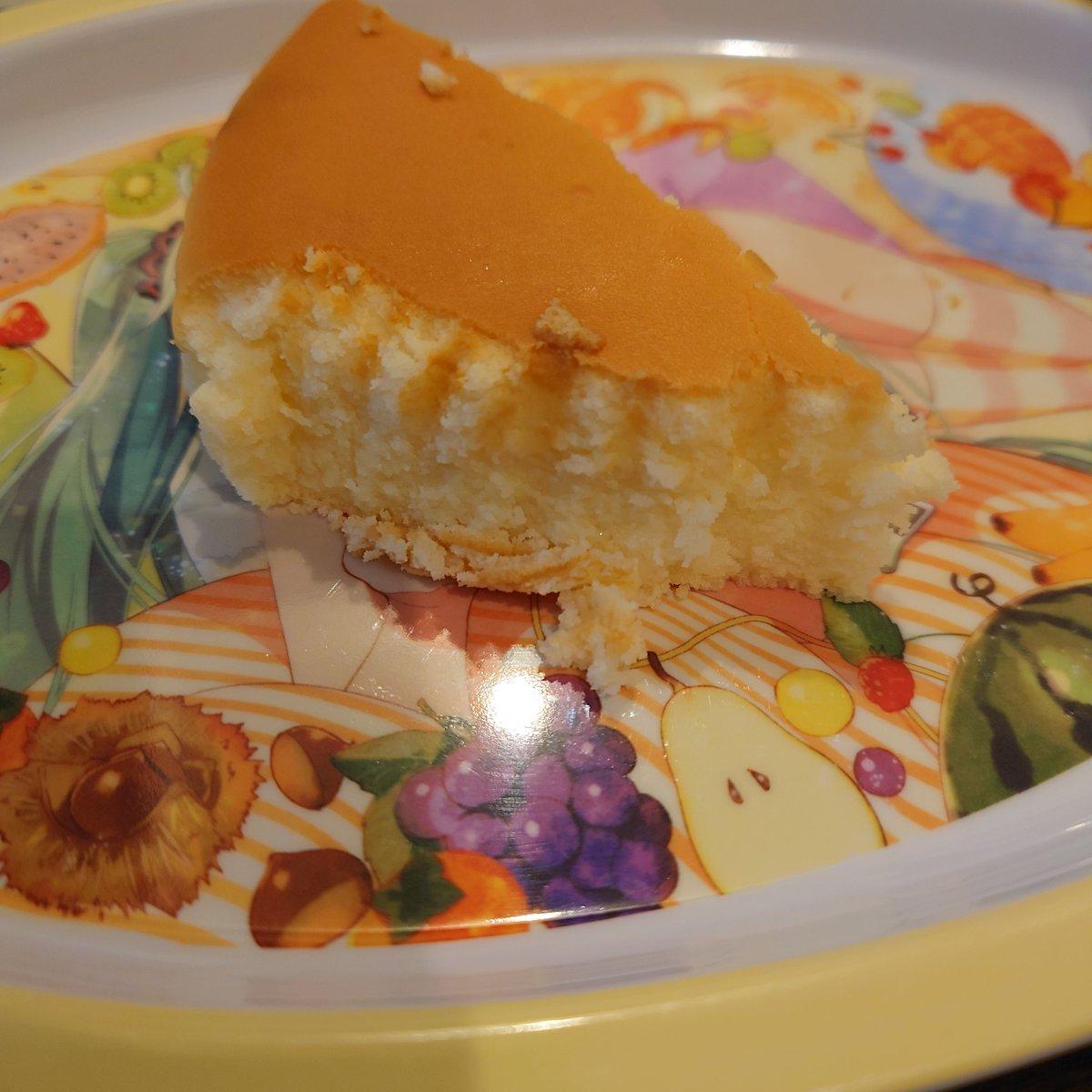 test ツイッターメディア - チーズガーデン『御用邸チーズケーキ』をいただきました!しっとり濃厚な味わいですが、チーズのくどさはないのでスススと口の中に入っていきます。1ホールなくなってしまった…紅茶があると優雅な気分になれそうですね。 4枚目はレンチンバージョン。しゅわしゅわ食感で軽い口当たりに大変身! https://t.co/FQ6mbFWIsV