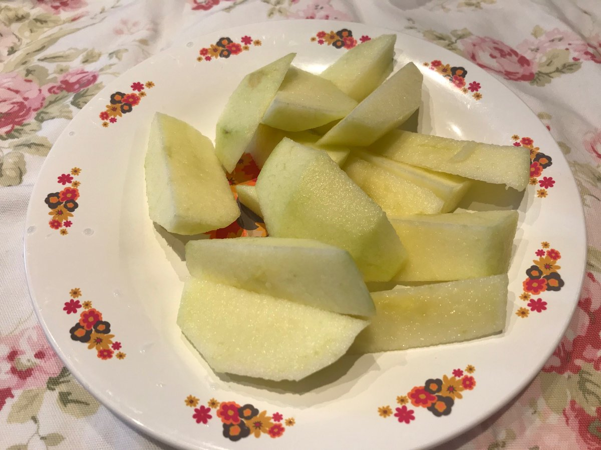 test ツイッターメディア - #ローラアシュレイ ランチマット♪ #ANNA SUI お皿♪  リンゴです∩^ω^∩🍏💖 https://t.co/dQq8Wbsbvx