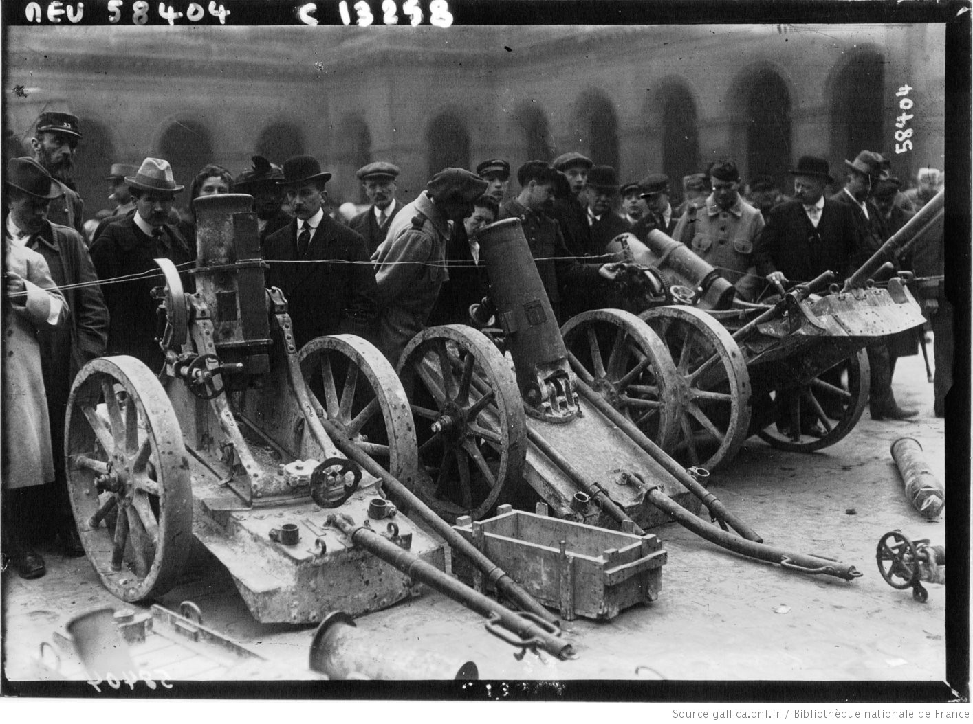 Captured German Trench Mortars (including two Minenwerfers) on display to the French public in Paris in 1915. #WW1 #1GM https://t.co/VhpxzIAj4S