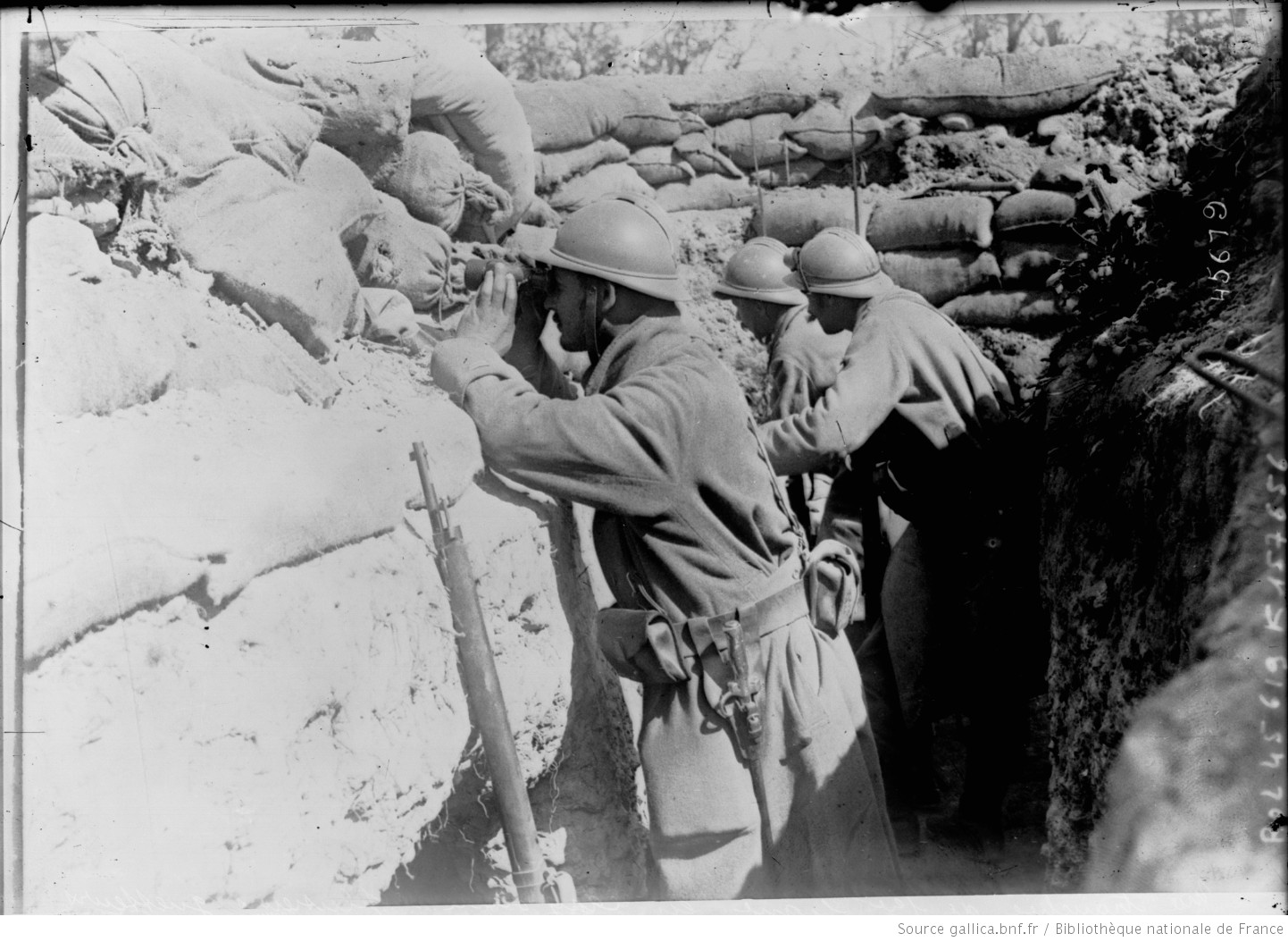 French soldiers at a Listening Post in the Argonne sector, 1915. #WW1 #1GM https://t.co/heGQTitDCt
