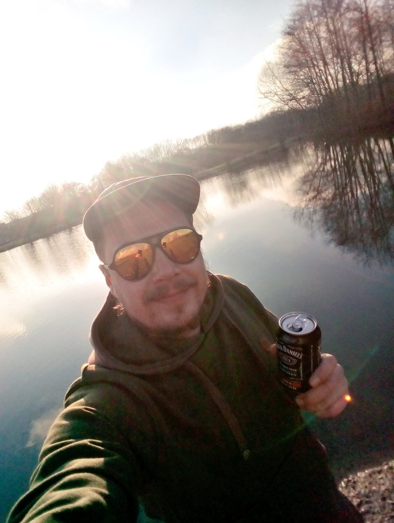 👀<b>🎣</b> bit of fresh air and a hair of the dog🍻❤ #carpfishing https://t.co/jYU6q2Imwu