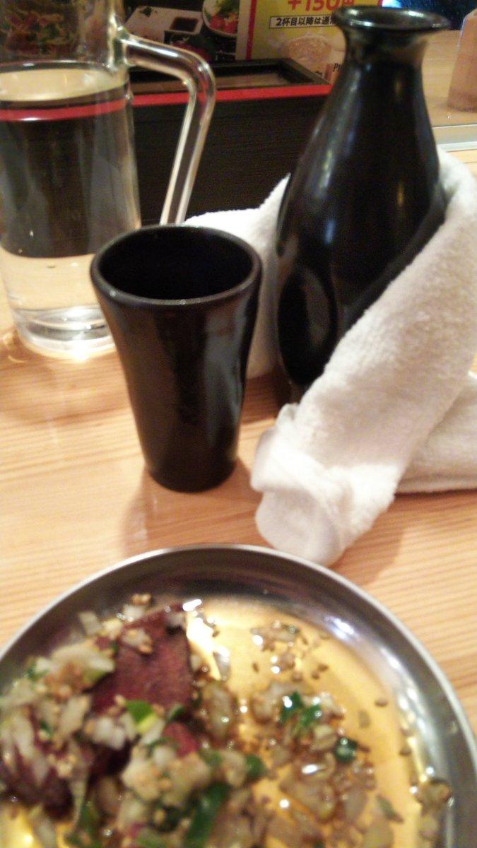 test ツイッターメディア - もう長いこと行けてないが難波と日本橋の日本酒が旨い立呑屋。タクシードライバーやキノコラベルの日本酒が旨すぎて塩を舐めながら飲んでたら隣のお客さんに『アテを注文しろ』と窘められた😅 レバテキに胡麻油、塩、刻みネギ…  ちょっ待て!熱燗というのは持てないほど熱いものではない https://t.co/OjlIqqgXjX