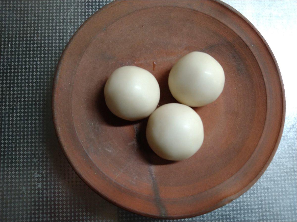 test ツイッターメディア - 浦和の老舗和菓子屋「菓匠 花見」の銘菓「白鷺宝」(はくろほう)。美味しい! 品の良い甘さがなんとも言えない。白あんをミルクでコーティングしたお菓子。口に入れるとほろほろと崩れるのが、また格別。ミルクの味が微かなのも品の良さに一役買っている。白鷺の卵をかたどっているので「白鷺宝」。 https://t.co/Cj4BaMgnvA