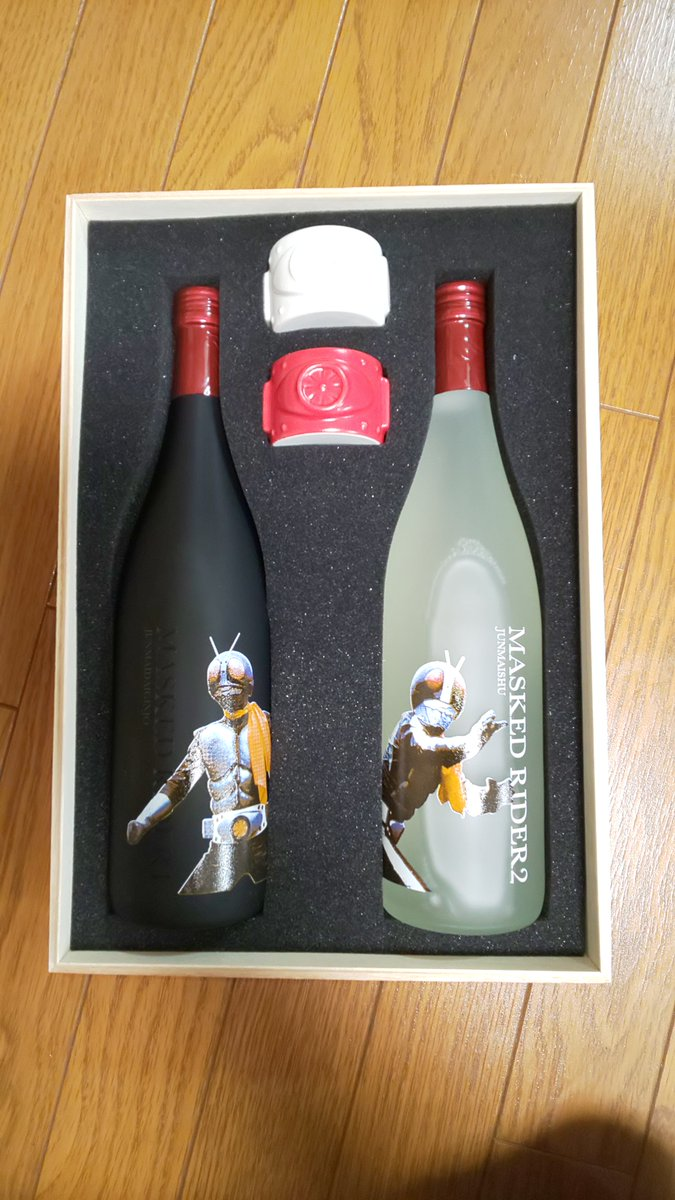 test ツイッターメディア - 本日、待っていた『仮面ライダー』50周年記念の純米大吟醸と純米酒が到着。製造元が先代とご縁があった宮城県名取市の佐々木酒造店というのも嬉しい。『仮面ライダー』のコミカライズでデビューした私のマンガ家稼業50年か。礎を築いてくださった石ノ森章太郎先生に感謝しつつ飲ませていただきます。 https://t.co/0191FNQukF