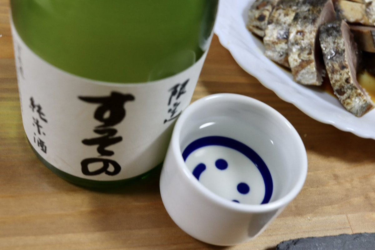test ツイッターメディア - 昨日のお酒をもうひとつ。 裾野駅近くの酒屋「みしまや」さんでゲットした日本酒「すその」。  浜松の花の舞酒造さんとコラボして作った、裾野でとれたお米を使った日本酒だそうで、クセの少ないスッキリした美味しさ! お店にはカウンターもあって、いわゆる角打ちもできるとか。(コロナ禍で中断中) https://t.co/MCEWrmNeS3