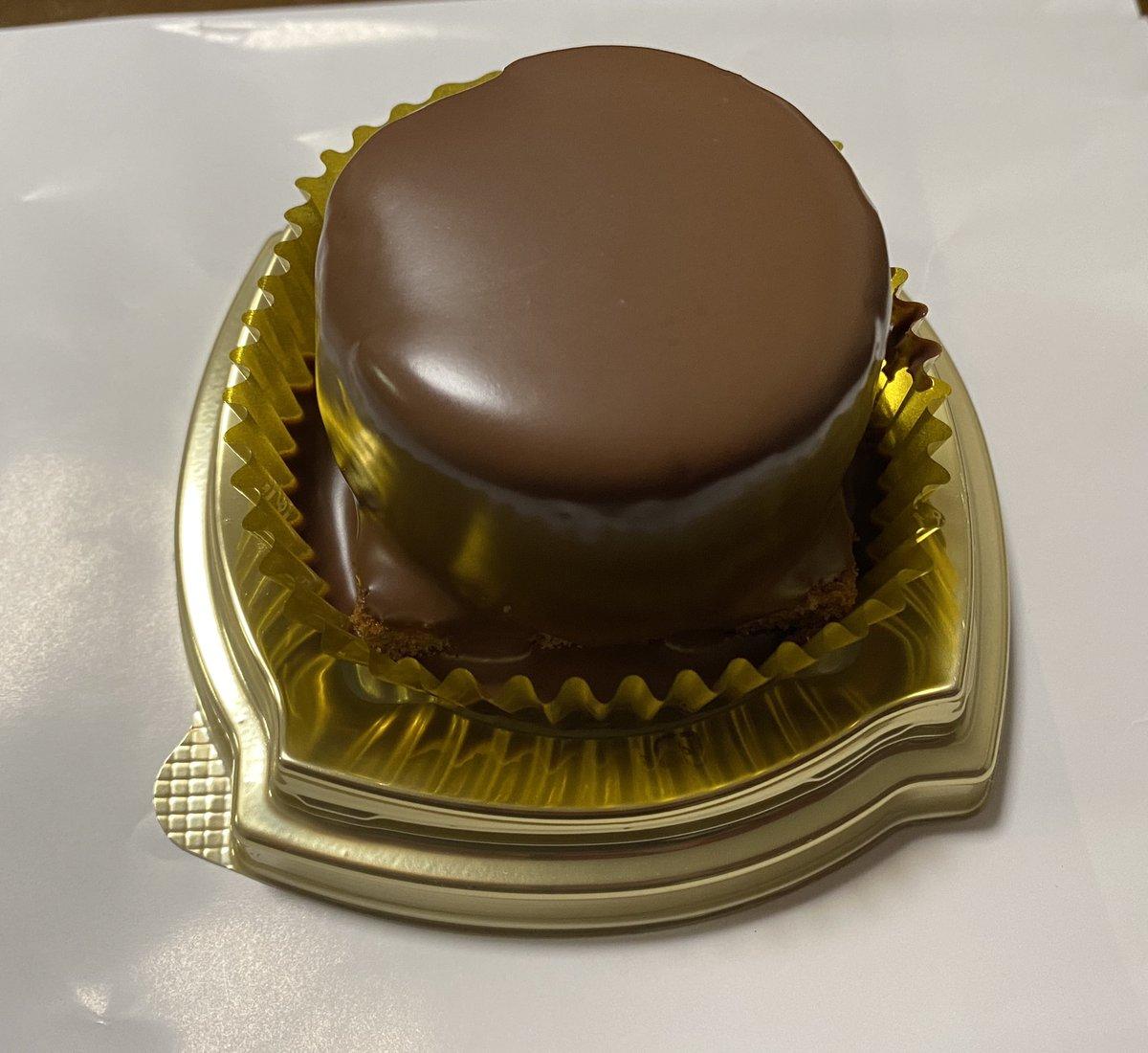 test ツイッターメディア - 甘いものの話  ファミリーマートとケンズカフェ東京とのコラボ「ザッハトルテ」食べました。  ザッハトルテにしてはマイルドで食べやすかったです。 以前、デメルのザッハトルテを食べた時は、濃厚でワンピースでも結構胃にきました。  #ザッハトルテ https://t.co/lWtCWg0XoN